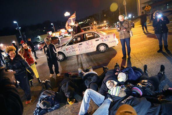 Algunos manifestantes se recostaron en el piso para bloquear la intersec...