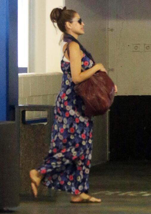 Eva saliendo del consultorio del doctor.