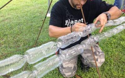 árbol con botellas plásticas