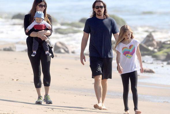 Christian Bale y su familia paseando en las playas de Malibú, Cal...