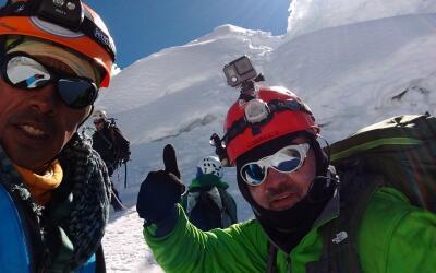 Los montañistas subiendo el nevado.