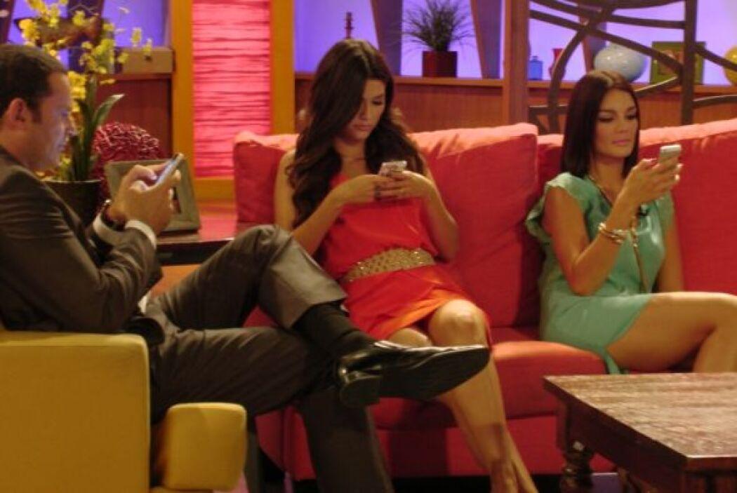 Detrás de cámara, los talentos revisaron sus redes sociales.