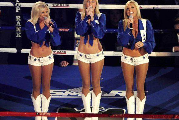 Las lindas y famosas 'Cowboys Cheerleaders' interpretaron el Himno nacio...