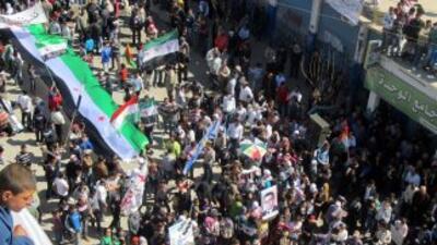 Decenas de miles de manifestantes sirios prometieron derrocar al gobiern...