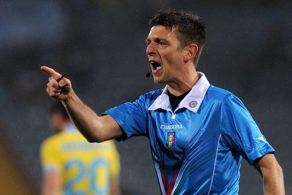 Parece que al árbitro italiano Gianluca Rocchi le gusta cantar se...
