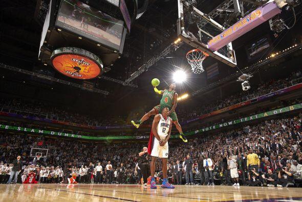 2009 - Nate Robinson  de los Nueva York Knicks (4) salta por encima de D...