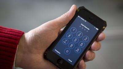 Apple, conflicto por iPhone de atacante