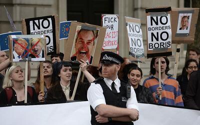 Manifestantes jóvenes protestan contra la decisión del Reino Unido