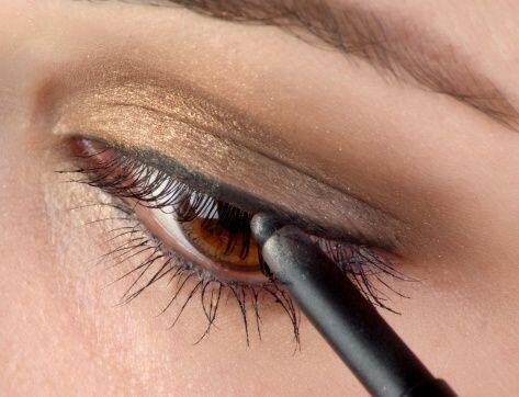 Una vez pintada la línea base de tu 'cat eye' comienza a engrosarla de l...