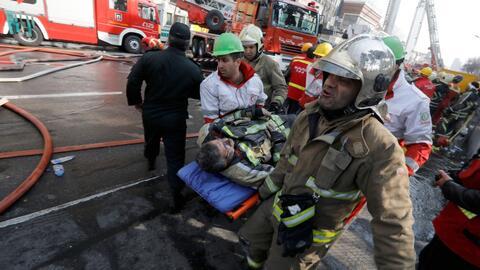 Colapsa la torre Plasco de Irán en medio de las llamas