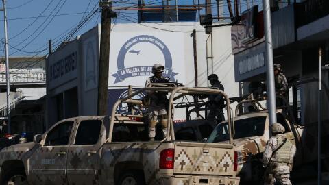 Militares resguardan un negocio cerca del aeropuerto de Tijuana donde se...
