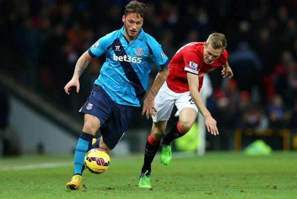 Marko Arnautovic, del Stoke City, es perseguido por Darren Fletcher, del...