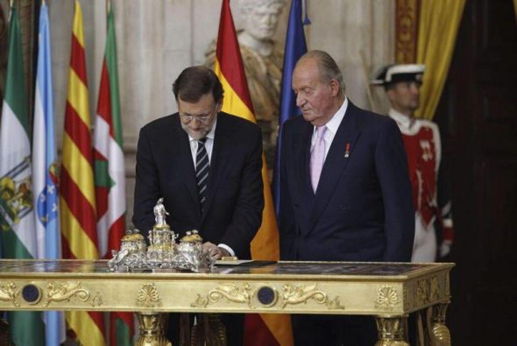 El presidente del Gobierno, Mariano Rajoy unto al rey Juan Carlos