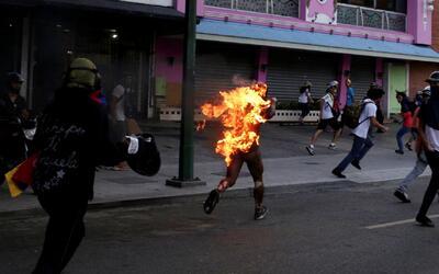 En video, un joven corre envuelto en llamas en las protestas de Venezuela