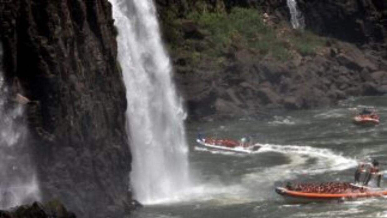 Siete personas están desaparecidas tras un choque entre un buque arenero...