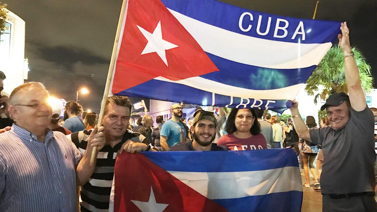 Exiliados cubanos celebran en la Pequeña Habana de Miami tras la muerte...