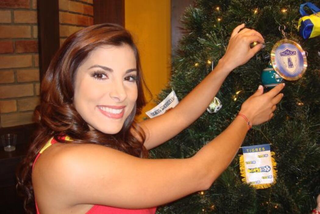 No importa como lo decoren, junto a Natalia nadie verá el árbol.