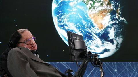 El profesor Stephen Hawking en la presentación del proyecto.