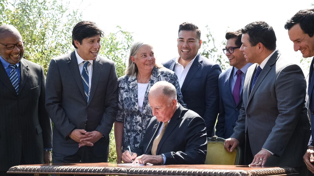 El gobernador de California, Jerry Brown, firma la ley SB 32.
