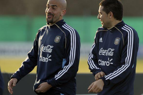 Risas en el reencuentro de dos pesos pesados del fútbol argentino...