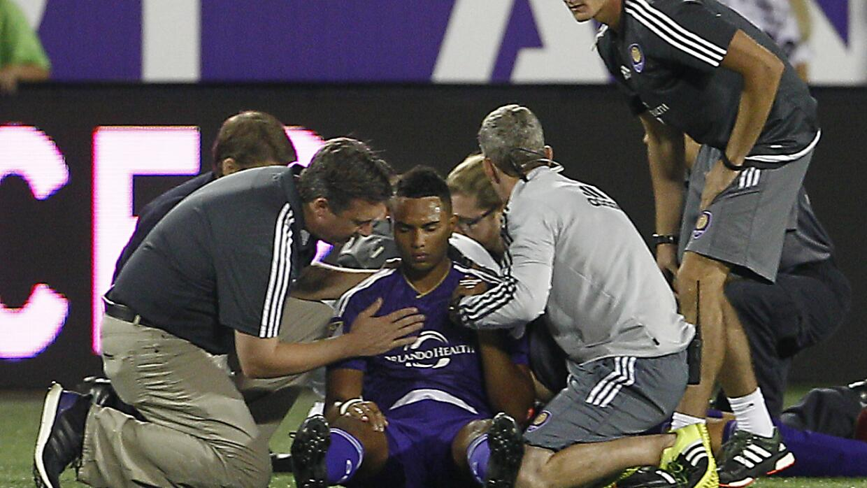 Tommy Redding es asistido tras una lesión en el campo