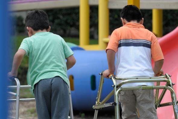 Los niños discapacitados interactúan y aprenden juntos.