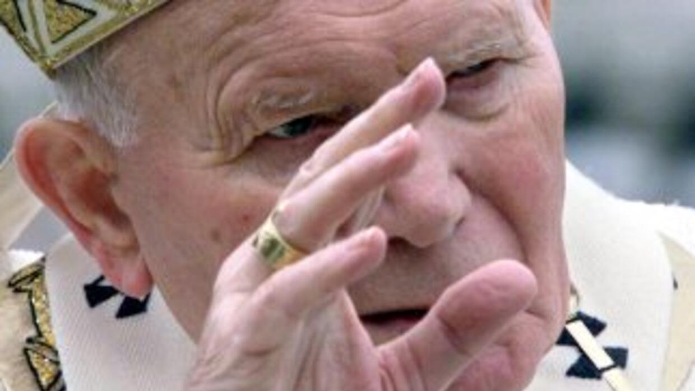 El amado Papa viajero, Juan Pablo II, será declarado santo junto con Jua...