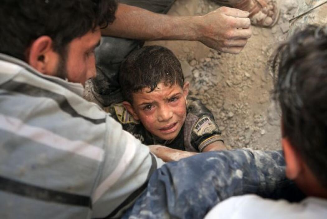Los sirios cruzan sus fronteras, muchos de ellos sólo con la ropa que ll...