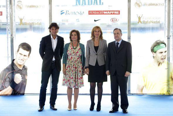 Junto al presidente del Real Madrid, Florentino Pérez, Nadal presentó el...