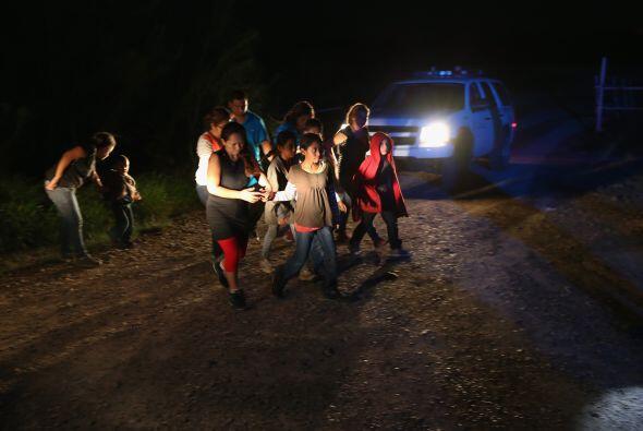 Aquí vemos a una familia de inmigrantes centroamericanos entregándose a...