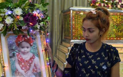 Jiranuch Trirat, junto a un retrato y el ataúd de su hija Natalie...