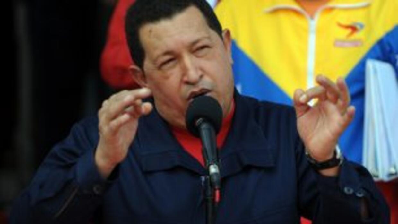 El gobierno del presidente Hugo Chávez prohibió a diarios publicar notas...