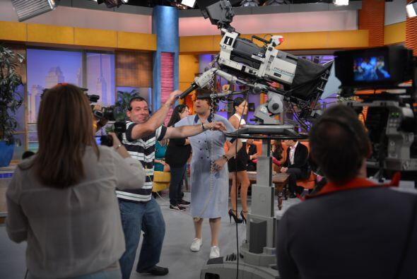 Ahí va doña Meche a enseñarles cómo se maneja una cámara. ¡Ella lo sabe...