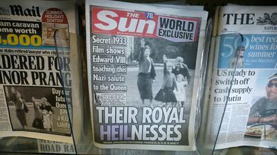 Escándalo en Reino Unido por el saludo nazi de Isabel II