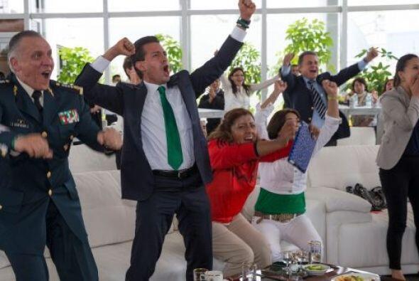 Enrique Peña, Presidente de México, celebró el triunfo del TRI y compart...