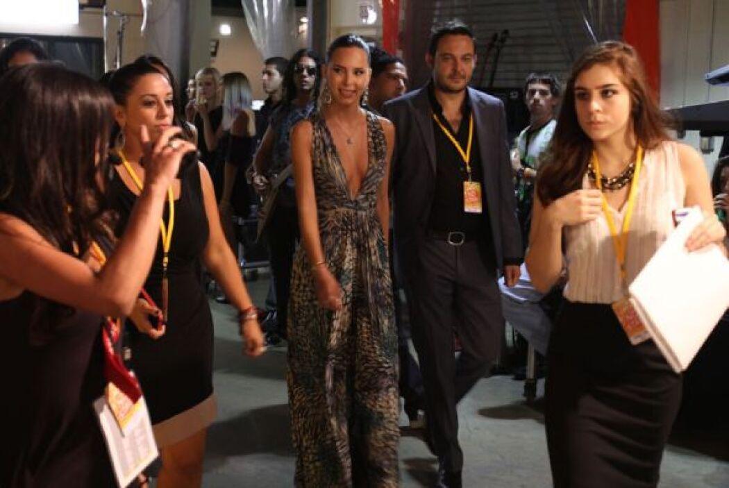 Así vimos llegar a Belinda al backstage de Premios Juventud.