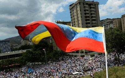 Venezolanos en Miami recolectan medicamentos, comida y artículos para en...