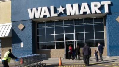 Volantes colocados en las entradas de los Walmart, la mayor cadena de ve...