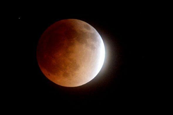 """La """"luna sangrienta"""" desde LA."""