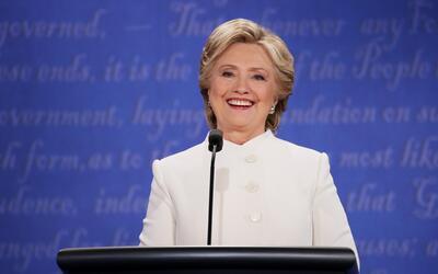 En un traje blanco de Ralph Lauren, Hillary Clinton hizo su alocuci&oacu...