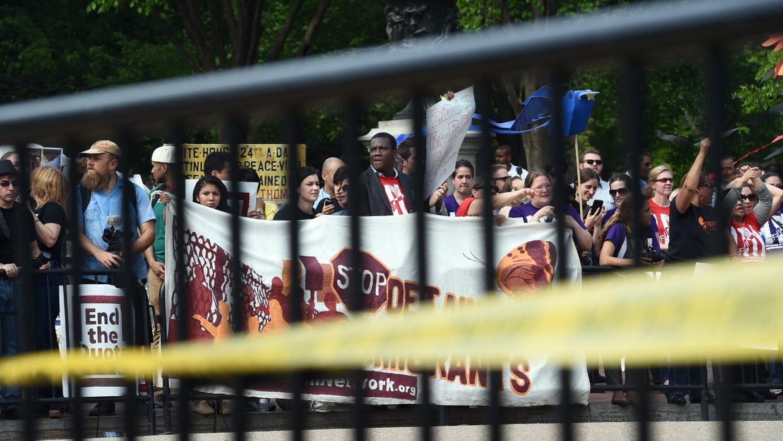 Inmigrantes durante una protesta frente a la Casa Blanca en favor de der...