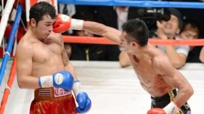 Takashi Ichiyama golpea a Bryan Vásquez en su clara victoria en Tokio.