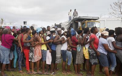Damnificados por el huracán Matthew hacen fila para recibir agua...