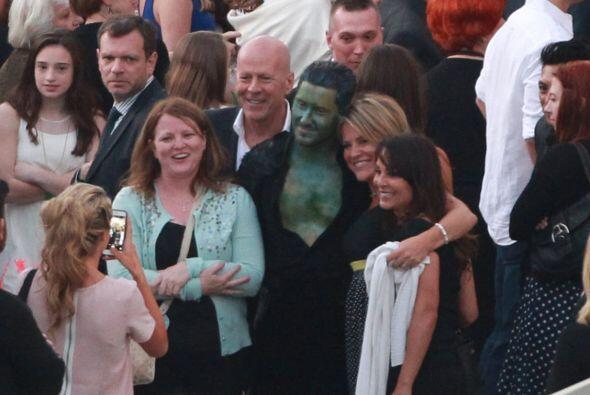 Bruce se sacó fotos con mucha gente.