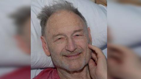 Roger Curry, de 76 años, de Whittier, California, fue abandonado...
