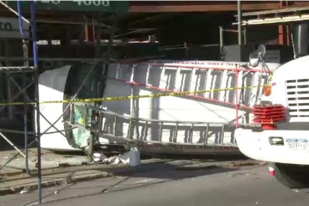 En Marzo, una camioneta blanca tipo van se volcó tras chocar con un edif...