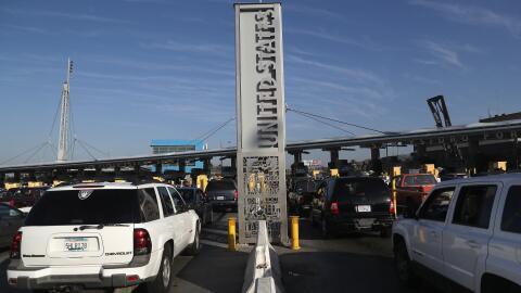 (Archivo) Varias líneas de vehículos esperan su turno para...