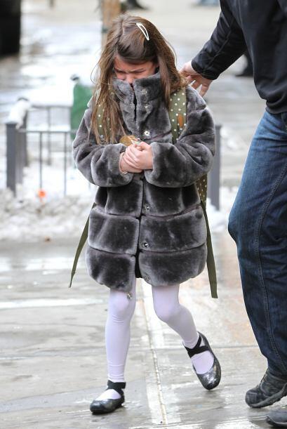 La nena de Tom Cruise y Katie Holmes salió de la escuela llorando. Más v...