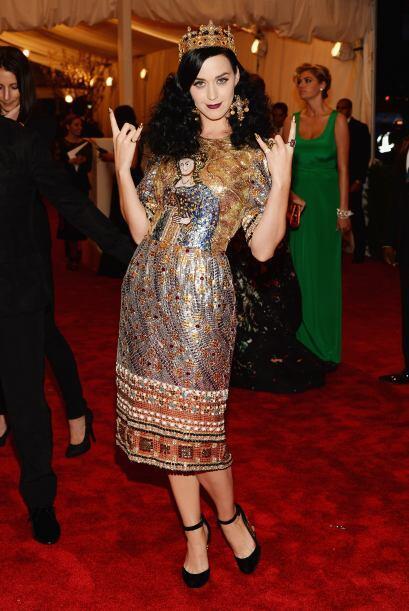 No sabemos qué estuvo peor, si su intento de pose rockera o ese vestido...