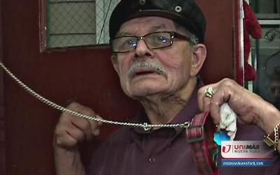 Anciano fue atado con una cadena de perro